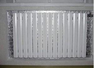 Дополнительная теплоизоляция с отражающим слоем за батареей.